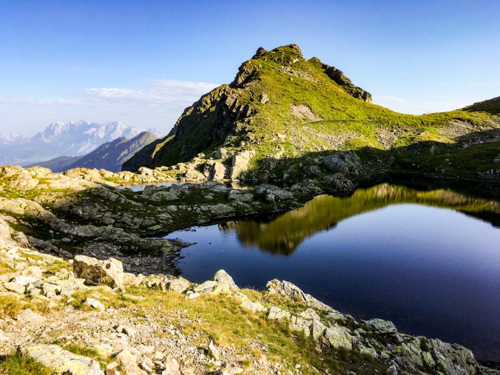 widok na jedno z ostatnich jezior na Klafferkessel, w tle masyw Dachstein'u