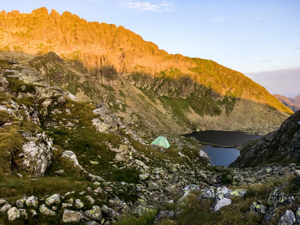 widok na namiot i Rauenbergsee w promieniach wschodzącego słońca